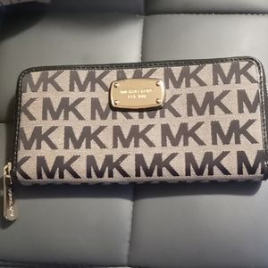 Micheal Kors signature MK Wallet